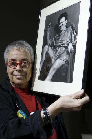 La fotógrafa barcelonesa Colita muestra una fotografía suya de Terenci Moix, que forma parte de su exposición retrospectiva que se muestra en la sala Efti de Madrid.  EFE/Chema Moyabarcelonesa Colita muestra una fotografía suya de Terenci Moix, que forma parte de su exposición retrospectiva que se muestra en la sala Efti de Madrid. EFE/Chema Moya